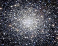 Messier 92, que es visible a simple vista con buenas condiciones de observación.Contiene 330.000 estrellas