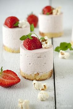 Amazing Strawberry mousse with mascarpone Desserts Thermomix, No Cook Desserts, Mini Desserts, Chocolate Desserts, Just Desserts, Delicious Desserts, Yummy Food, Chocolate Chocolate, Chocolate Covered