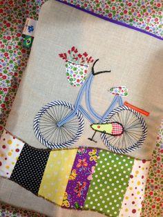Necessaire com apliques de bicicleta, patch e bordados! Escolha o bordado da cestinha ou garupa de acordo com seu estilo! House Quilt Patterns, House Quilts, Applique Cushions, Wool Applique, Notebook Covers, Journal Covers, Machine Embroidery Designs, Hand Embroidery, Diy Bags Patterns