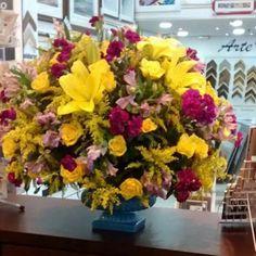 """151 curtidas, 6 comentários - Floricultura e Eventos (@florellaflores) no Instagram: """"Arranjo para uma cliente querida #arranjofloral #floresparaniver #florellaflores…"""""""