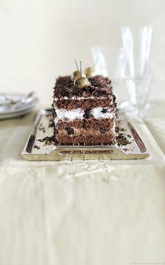 Une savoureuse recette de bûche inspirée de la forêt noire ; au chocolat, griottes et chantilly à la vanille... Un régal pour toute la tablée !