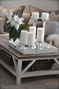 Coffee table decor is easy to do on your own and really adds personality to your living room. Check out these stunning coffee table decor ideas and you'll be ready to rearrange yours on your own. Home Living Room, Living Room Designs, Living Room Decor, Coffee Table Styling, Decorating Coffee Tables, Interior Design Tips, Home Interior, Scandinavian Interior, Decor Room