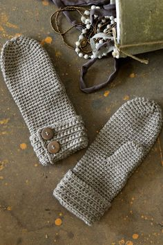 Crochet mittens with button cuff - I had to translate the page from Finnish. Would be a cute fingerless pattern as well. Gray Welch make me some :) Crochet Mitts, Crochet Gloves, Knit Mittens, Knit Or Crochet, Crochet Scarves, Crochet Hooks, Mittens Pattern, Knitting Patterns, Crochet Patterns