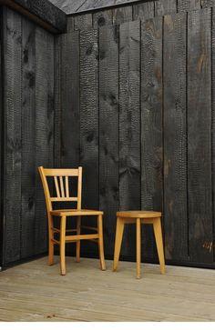 « une chambre en bois brulé »