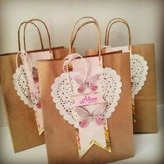 I gathered in this post creative ideas of personalized bags ! Creative Gift Wrapping, Creative Gifts, Decorated Gift Bags, Diy And Crafts, Paper Crafts, Gift Wraping, Paper Gift Bags, Party Bags, Goodie Bags