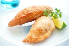 Empanada's komen uit Latijns-Amerika, en worden bijvoorbeeld vaak gegeten in Argentinië of Colombia. Het zijn deegpakketjes met een vulling, zoals rundvlees, en een spicy sausje. Klik hier voor de bijbehorende video op de website van 24Kitchen. Het deeg Kneed alle ingrediënten tot een mooi egaal deeg. Verpak het in plasticfolie en laat het circa 30 …