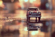 Utilizando miniaturas de carros fotógrafo registra incríveis fotos ao redor do mundo Miniature Photography, Figure Photography, Toys Photography, Macro Photography, Creative Photography, Photography Ideas, Minimal Photography, Car Photographers, Miniature Cars