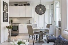stylowy okrągły bialy stół w aranżacji skandynawskiej jadalni z kuchnią - Lovingit.pl