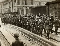 Photo shows some of the last of the British soldiers marching down the North Wall, Dublin, to embark for England, marking the end of any and all English military occupation of Ireland 30 November 1922 Ireland 1916, Dublin Ireland, Old Pictures, Old Photos, Vintage Pictures, Irish Independence, Michael Collins, British Soldier, British Army