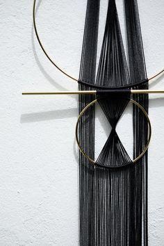 .: REFLECTOR:. Colgante de pared artesanal moderno, minimal Mide aproximadamente 12 de ancho x 36 de longitud Materiales: cuerda de nylon latón, negro Cada pieza individualmente está montado a mano. Puede variar ligeramente de la imagen. Si usted tiene cualesquiera preguntas,