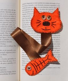 Felt bookmark cat for Dewey day! Fabric Crafts, Sewing Crafts, Sewing Projects, Craft Projects, Cat Crafts, Arts And Crafts, Diy Marque Page, Felt Bookmark, Diy Bookmarks