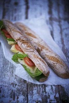 Ett av världens mest användbara bröd gör du här glutenfritt på majs-, ris- och bovetemjöl. Fyll med matigt pålägg och utflykten är räddad. Clean Recipes, Raw Food Recipes, Baking Recipes, Healthy Recipes, Dairy Free Bread, Gluten Free Baking, Tasty, Yummy Food, Bread Baking