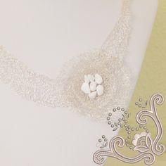 Colier statement, la baza gatului, crosetat din sarma placata cu argint. Toate elementele componente sunt placate cu argint. Este o bijuterie ce nu trece neobservata. Realizata cu migala, impletitura, lata dar subtire in grosime (aprox 0.2 mm) da o senzatie de plutire. Este un colier pe care il recomandam cu caldura pentru o ocazie speciala. Silver Flowers, Pearl Necklace, Pearls, Handmade, Jewelry, Hand Made, Jewellery Making, String Of Pearls