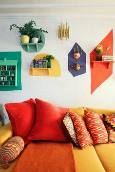 Colorful Retro Living Room With A Yellow And Red Sofa And Bright Touches Buntes Retro Wohnzimmer mit einem gelben und roten Sofa und hellen Noten, Retro Living Rooms, Living Room Decor, Bedroom Decor, Wall Decor, 70s Bedroom, Bedroom Wall Designs, Living Room Red, Diy Wall Art, Design Bedroom