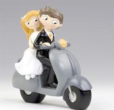 """Complementos para la boda: exclusiva figura para la tarta de bodas de la colección """"Pop & Fun"""" en la que la pareja aparece montada en una clásica vespa..."""