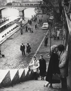 """Baisers à Paris 1961'', fotografia de Martin Munkacsi. Veja também: http://semioticas1.blogspot.com.br/2013/12/robert-capa-em-cores.html ."