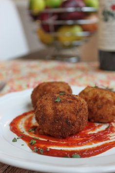 Fried Beer and Gouda Risotto Balls (Arancini). Super Bowl or not, these fried risotto balls (arancini) make the perfect appetizer. Made with beer soaked risotto, fresh Gouda cheese and lots of love, you will need to make a double batch of this recipe. Appetizer Dips, Appetizer Recipes, Drink Recipes, Yummy Appetizers, Risotto Balls, Arancini, Tasty, Yummy Food, Clean Eating Snacks