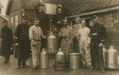 De gaarkeuken voor de vluchtelingen in Balk. Onduidelijk is waar deze keuken zich precies bevond. Geheel rechts, de man met de hand op de borst, is Henry Duysburgh, geïnterneerd onderofficier uit Brussel (Vorst), Brusselsesteenweg 138. De foto is genomen op 5 november 1914 te Balk.-  archief Mar en Klif