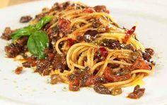 Spaghetti in salsa eoleana: Ingredienti per 4 persone: 400 g di spaghetti 50 g di olive verdi 50 g di olive nere 100 g di capperi dissalati 6 pomodori San Marzano 4 cucchiai d'olio extravergine d'oliva peperoncino 1 spicchio d'aglio foglioline di basilico 1 pizzico di origano sale.   Procedimento: Dissalate, innanzitutto, i …