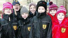 Die Max-Dortu-Grundschule in Potsdam hat bereits Schuluniformen eingeführt. Auch während der großen Pause auf dem Schulhof tragen die Erstkl...