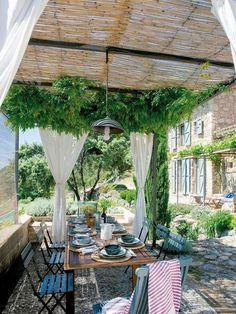 Pergola med tak i bambu. Small Pergola, Pergola Canopy, Pergola Attached To House, Pergola With Roof, Covered Pergola, Cheap Pergola, Wooden Pergola, Backyard Pergola, Pergola Shade