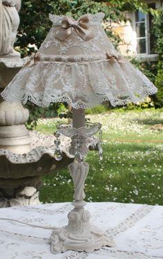 LAMPE EN BRONZE PATINEE IVOIRE ABAT JOUR SHABBY CHIC SOIE ET DENTELLE
