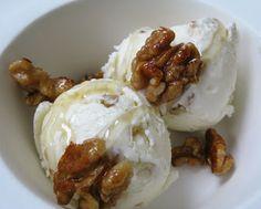 IJs van Griekse yoghurt met honing en walnoten Dutch Recipes, Sweet Recipes, Snack Recipes, Dessert Recipes, Cold Desserts, Delicious Desserts, Healthy Sweets, Healthy Baking, Thermomix Desserts