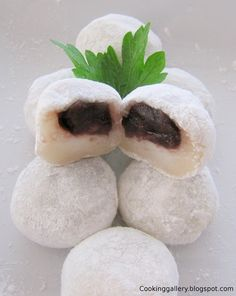 RED BEAN MOCHI (Sweet sticky rice cakes filled with sweet red bean paste) ==INGREDIENTS g glutinous rice flour, 100 ml water, 2 g vanilla essence, 100 g red bean paste (anko), Corn starch for dusting ==== Rilakkuma, Asian Desserts, Asian Recipes, Sushi Recipes, Gourmet Desserts, Plated Desserts, Easy Desserts, Rice Flour Recipes, Sweet Sticky Rice