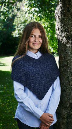 Smart miniponcho, der holder skuldrene varme, mens armene er frie. Ponchoen er strikket som en lang firkant i nemt, dobbelt perlestrik. Crochet Accessories, Knit Crochet, Upcycle, Vest, Turtle Neck, Pullover, Sewing, Knitting, Sweaters