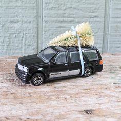 Lincoln Navigator with Christmas Tree Black Die Cast Metal