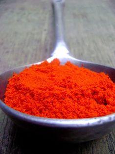 Poudre d'Urucum, idéale pour préparer sa peau au soleil. Explication sur le blog avec recette d'huile de bronzage.