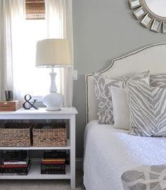 Comodino in stile campestre - Idee per comodini fai da te con mobile sbiancato e cestini in vimini.
