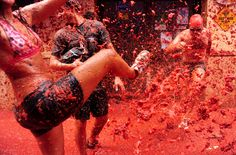 Food fight festival, La Tomatina is held in Spain. Many people from all over the world participate in the festival where many tomatoes are thrown at each other in the streets. Festivals Around The World, Countries Around The World, Around The Worlds, Places To Travel, Places To See, Water Balloon Fight, World Festival, Cultural Events, Travel Tours