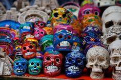 Pezzi di artigianato locale messicano.  La morte in Messico viene rappresentata con questi piccoli teschi di legno o terracotta. La rappresentazione della morte è sempre colorata e sorridente in quanto viene vista come una fase del ciclo naturale della vita stessa quindi non è temuta come nella maggior parte degli individui della cultura europea.