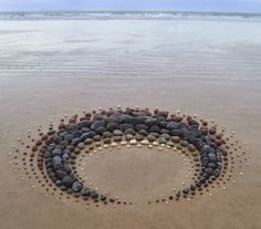 Pembrokeshire based Land artist Jon Foreman creates works in mostly natural material. His work is nearly always short lived as the elements, sea, wind, and sometimes sun make them disappear. Land Art, Stone Decoration, Outdoor Art, Environmental Art, Beach Art, Garden Art, Pebble Garden, Garden Club, Sculpture Art