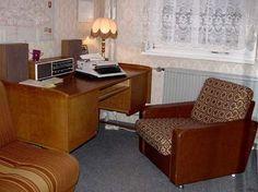 Living room in East Germany  Schreibmaschine und Mini-Radio: Ein typisches DDR-Multimedia-Paket    service.bz-berlin.de