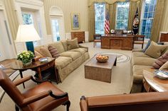 In honor of President's day, we're feeling inspired by oval office decor. President Obama uses neutral, golden tones for his 2008 Oval Office decor. Modern White Desk, White Desk Office, White Desks, Minimalist Dining Room, Minimalist Interior, Executive Office, Antique White Desk, Federal