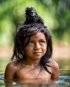 Se você se maravilhar com freqüência a dádiva do conhecimento virá  provérbio indígena  Foto: pequena Yoina com seu sagui de estimação na floresta amazônica fotografados por @chamiltonjames