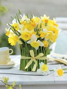 Suppose not even sure how easy it is to make such a wonderful spring vase. Cheap, fast, very impressive. All Flowers, Fresh Flowers, Yellow Flowers, Spring Flowers, Beautiful Flowers, Easter Flowers, Table Arrangements, Floral Arrangements, Bouquet Champetre