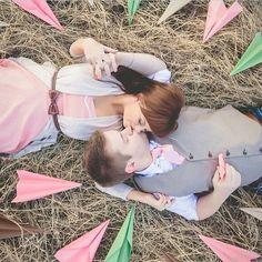 Sessão fotográfica pré wedding de um casal que namora a distância.  Que chegue logo o casório para viverem juntinhos!!!! ✈️ ---------------------------------------------------------  by @thebirdthebear 43k muito obrigada por seguirem!!! ❤️ #ensaio #ensaiofotografico #esession #prewedding #savethedate #avião #plane #aviãodepapel #romantic #romantico #distância #distance #live #amor #inspiração #bride #bridetobe #bridetobride #noiva #noivo #groom #borntobeabride #b2bb