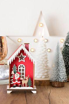 Figura Navidad casita roja con Papá Noel y luz LED. Si buscas adornos especiales para Navidad, te encantará esta casita de madera pintada en rojo. En el porche está Papá Noel con uno de sus renos.Para que se iluminen las ventanas, solo tienes que colocar 2 pilas AAA y darle al pequeño interruptor que hay en la parte trasera. ¡A los niños les encantará! #Christmasdecorations #christmasdecor #adornonavidad #navidad #decoraciónnavidad #decoraciónnavideña #navidadmoderna Luz Led, Reno, Gingerbread, Desserts, House Windows, Log Homes, House Decorations, Modern Christmas, Papa Noel