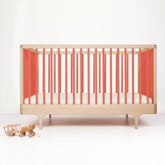 Gitterbett Caravan in rot, hochwertig und formschön  In diesem Babybett schläft Ihr kleiner Liebling wunderbar! Das Bett Caravan zeichnet sich durch ein hervorragendes Design aus. Das Gitterbett aus hochwertigem Ahornholz und in bester Verarbeitung ist ein wunderschöner Blickfang im Babyzimmer.