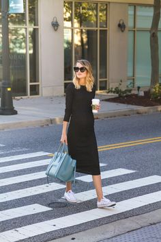 pregnancy outfits casual 374854368964912732 - Knit Midi Dress, Converse, Celine Sunglasses, Celine Phantom Source by tiffanysoder Stylish Maternity, Maternity Wear, Maternity Fashion, Maternity Style, Spring Maternity, Style Converse, Converse Chucks, White Converse, Mode Cool