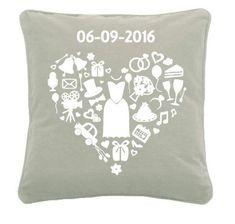 Kussen met bruiloft plaatjes en datum in hartvorm.Origineel cadeau voor een bruidspaar en een leuke herrinnering aan de belangrijke dag. Silhouette Cameo, Throw Pillows, Gifts, Wedding, Gift, Silhouettes, Valentines Day Weddings, Toss Pillows, Presents