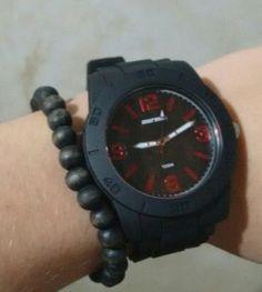 1ad8e8b6859 Acrescente uma pulseira extra junto ao relógio para dar um ar mais  despojado..  )
