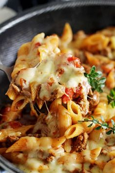 This easy, cheesy one pan mince pasta is going to be your new go-to quick weeknight meal. 30 minutes from start to finish and everything (including the pasta) is cooked in one pan! Pasta And Mince Recipes, Minced Beef Recipes, Dinner Recipes, Chicken Mince Pasta, Ravioli Bake, Mince Dishes, Mince Meals, Quick Weeknight Meals, Kitchens
