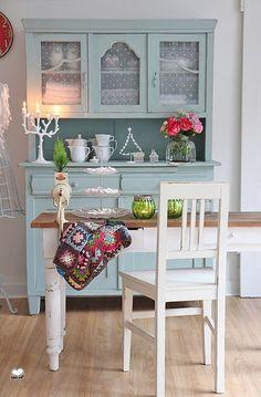 Wunderschöner Shabby Chic Stuhl in weiß.  Maße:  Gesamthöhe inkl.Rückenlehne 94 cm  Tiefe 40 cm | B 47,5 cm (breiteste Stelle) | Sitzhöhe 49 cm   *Bei all unseren Möbeln handelt es sich um schöne...