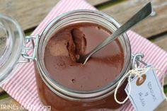 Jeg har lenge hatt lyst til å lage sjokoladepålegg, for å teste ut om det faller i smak hos junior, men også for selv å smake på et sjokoladepålegg helt uten tilsetningsstoffer. Da jeg hadde sjokoladerester liggende og en fløteskvett på lur, kokte jeg opp en porsjon forleden. Sjokoladepålegget var utrolig godt på smak. Mathias synes det var kjempestas at mammaen hadde laget sjokopålegg og slukte en brødskive i full fart. Før han takket pent for maten.
