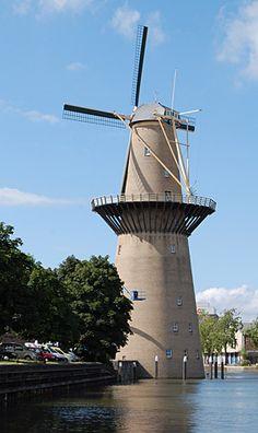 De Noletmolen of de Nolet  aan de Hoofdstraat in  Schiedam is de hoogste molen ter wereld (42,5 meter, inclusief de aerodynamische wieken 55 meter) en daarmee ook de hoogste van de zes Schiedamse molens. De molen is in 2005 neergezet door de firma Nolet Distillery, die hiermee een blikvanger heeft geplaatst, waarin buitenlandse gasten ontvangen kunnen worden. De molen heeft ook een functie: hij maalt geen mout, zoals de meeste Schiedamse molens ooit deden, maar wekt elektriciteit op ten…