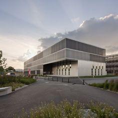 "Built by bauzeit architekten in Cheseaux-Noréaz, Switzerland with date 2011. Images by Yves André. At the heart of a development Scientific Park ""Y-Parc"", at Yverdon-les-Bains, the new building CEI 3 offers flexible..."